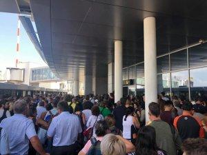 """Haos pe aeroportul Henri Coandă. Cozi uriașe la intrarea în țară, la controlul pașapoartelor: """"Fac oră de la Viena și stau două ore în Otopeni până ies?"""""""