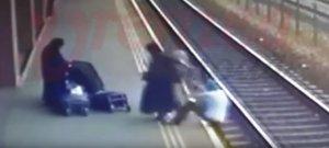 Scene șocante în Vaslui. Două femei îmbrăcate în măicuţe au împins un bărbat pe calea ferată (VIDEO)