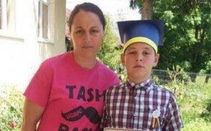 Constantin avea 11 ani și s-a înțepat în talpă în curte. A început să se simtă rău și după 10 zile a murit sub privirile îngrozite ale mamei - Ce spun medicii