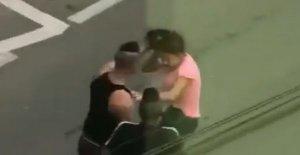 Scene șocante în Sibiu. O fată este bătută în plină stradă - VIDEO