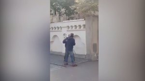 Doi oameni ai străzii s-au bătut cu pumnii și bâtele chiar în fața sediului Secţiei 5 Poliţie din Galaţi