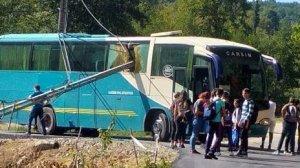 Panică pe o șosea din județul Maramureș! Un autocar cu elevi s-a lovit de un stâlp