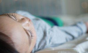 """Caz revoltător în Suceava! Un bebeluş a fost omorât în bătaie de părinţi: """"Îl izbea de pat ori de perete"""""""