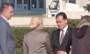 Întâlnire de gradul zero între premierul demis Viorica Dăncilă și premierul desemnat Ludovic Orban