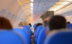 Un bărbat beat a vrut să deschidă ușa unui avion în timpul zborului. Ce i-au făcut pasagerii