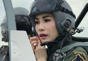 Viața bate filmul! Amanta regelui Thailandei, decăzută din drepturile nobiliare pentru că a vrut să-i ia locul reginei