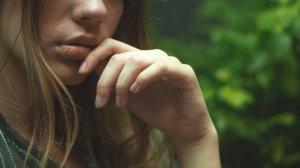 Caz înfiorător! Tânără de 27 de ani, răpită de pe o stradă din Bârlad. Fata a fost mai apoi violată și abandonată într-o pădure