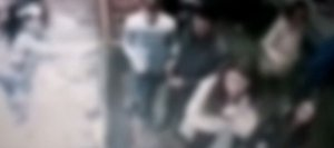Femeia se așezase la coadă la o patiserie din București, când un tânăr s-a apropiat de ea. S-a întors, dar și-a dat seama că nu îl cunoaște și și-a văzut de treabă. Câteva ore mai târziu, a înțeles ce i s-a întâmplat (VIDEO)