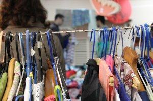 Paznicul a prins două adolescente de 15 ani furând haine din magazin. Fetele s-au rugat de el să le ierte și s-au oferit să plătească bunurile. Bărbatul a refuzat, însă ce a urmat este total de neconceput