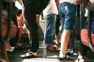 """Urcase în metrou, când a văzut ceva de-a dreptul revoltător: """"Ce nesimțire!"""" (FOTO)"""