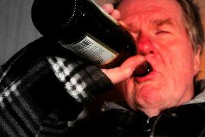 Caz halucinant la Botoșani! Un bărbat s-a aruncat de la etaj, după ce a fost închis în casă de familie să nu mai bea