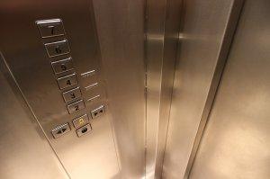 Spitalul din România unde lifturile vechi de un secol sunt acționate manual, cu frânghii. Șapte miniștri au urcat cu ele