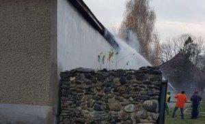 Incendiu la o casă din Recea! Proprietarul a fugit cu o mașina, la vederea forțelor de ordine! VIDEO