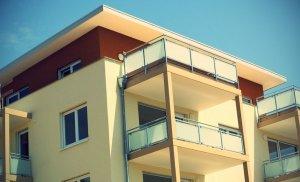 Un tânăr de 25 de ani din Suceava s-a dus la culcare şi s-a trezit căzând de la balcon