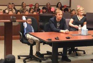 Un băiețel de cinci ani a fost adoptat și și-a chemat toată clasa în sala de judecată ca să sărbătorească