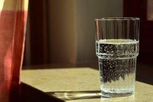 Pune un pahar cu apă, sare şi oţet într-un colţ al camerei. După 24 de ore, analizează cu atenție culoarea apei. Iată ce înseamnă!
