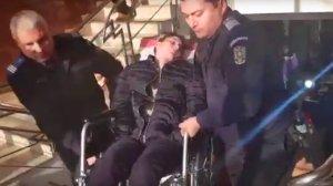 Ana Maria a fost târâtă în scaunul cu rotile în fața judecătorilor. Dintr-o fată veselă de 15 ani a ajuns paralizată