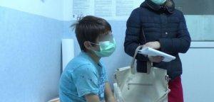 """O tânără și-a dus miercuri copilul la Urgențe la un doctoriță din Brălla. Când a intrat în cabinet, a simțit un miros ciudat. Când s-a uitat mai bine la doctoriță, a crezut că leșină: """"Fusta era...."""". Ce purta femeia pe ea..."""