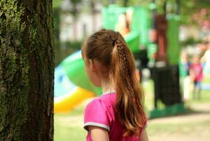 Fată de 13 ani bătută de tatăl său, găsită inconştientă la marginea unei păduri