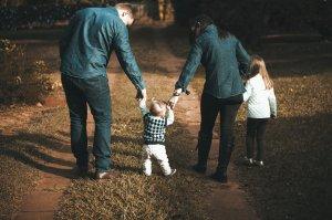 Povestea dramatică a unei mame care va petrece ultimul Crăciun din viața ei alături de familie. Vestea a venit cu doar trei luni în urmă