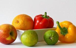 """Cu ce să cureți fructele și legumele ca să elimini chimicalele. Avertisment de la un nutriționist: """"Simpla spălare cu apă nu e suficientă"""""""