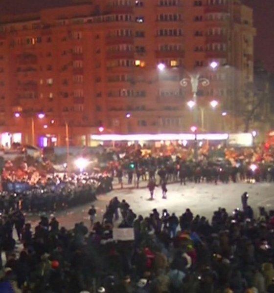 Violențe în Piața Victoriei. Imagini din timpul confruntării jandarmilor cu protestatarii violenți VIDEO